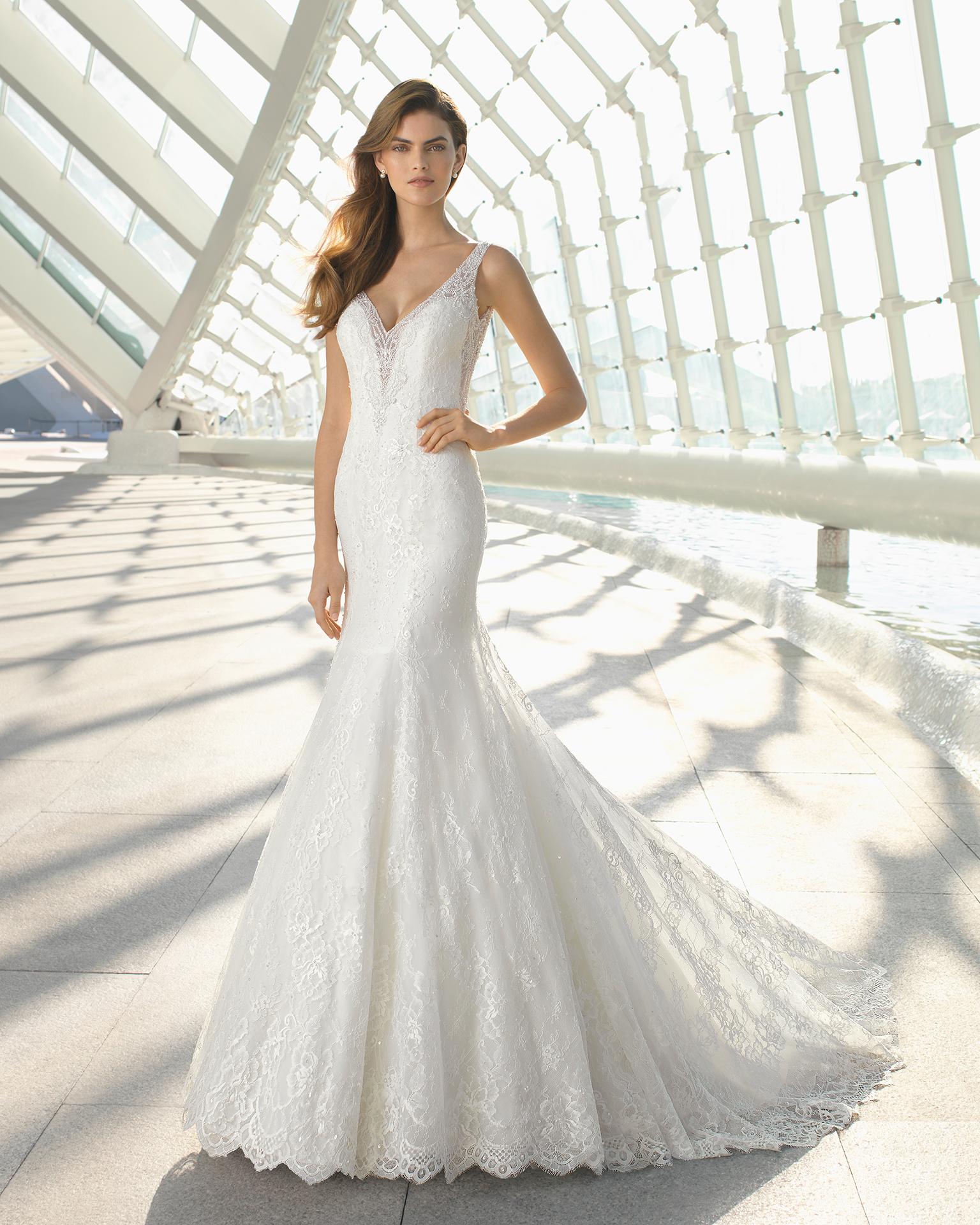 e3a0b131ca85 L atelier Rosa Clarà è riuscito ancora una volta a offrire una ricchissima  collezione di abiti da sposa 2018 arricchita da modelli preziosi ma  soprattutto ...